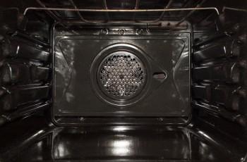 Ren ovn efter rengøring med pyrolyseprogram